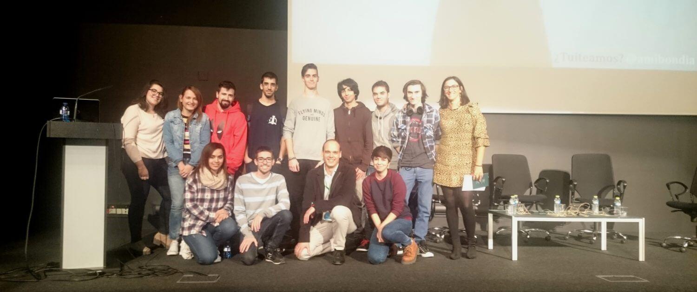 Nacho Plans posando junto a estudiantes de FP