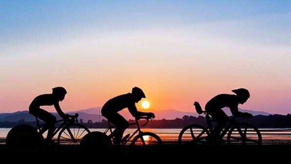Corredores en bicicleta trabajando en equipo motor