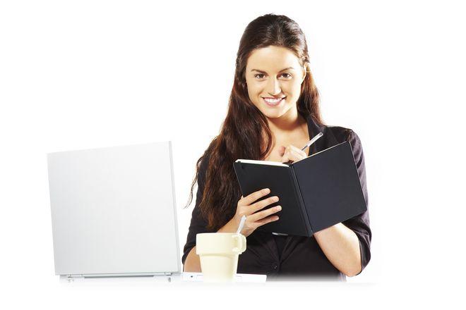 mujer empresaria leyendo la tripartita real decreto