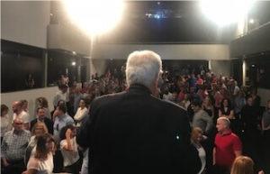 Simon Dolan de espaldas frente a la audiencia