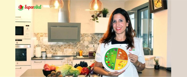 Patricia Ñeco con el plato saludable